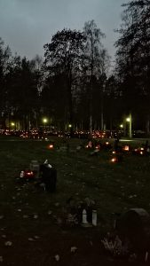 Hautausmaa öiseen aikaan