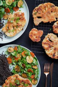 Mustalla pöydällä herkullisia, terveellisiä ruokia, kuten leipää ja salaattia.