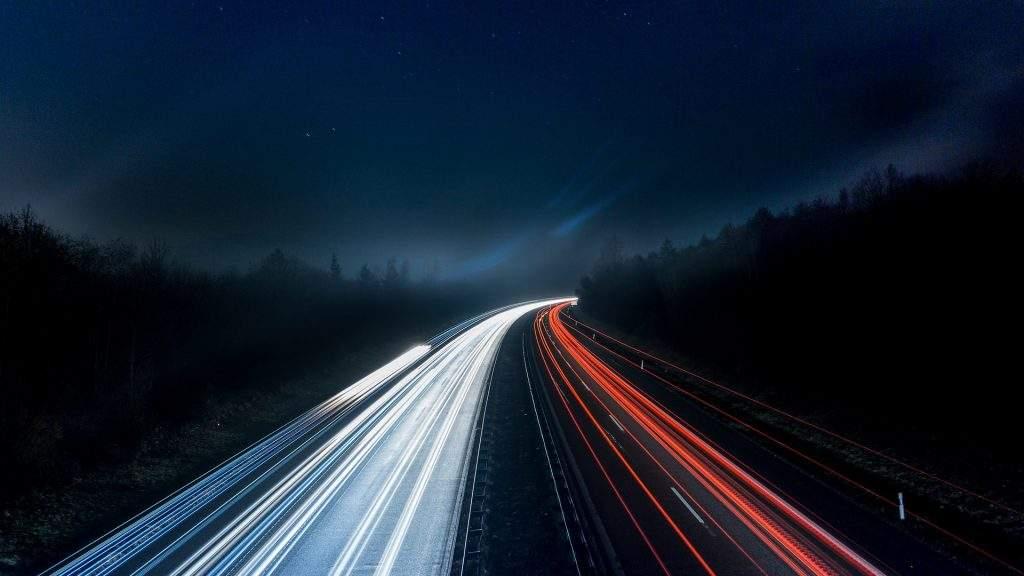 Öisessä maisemassa pitkällä valotusajalla otettu kuva, jossa liikennettä