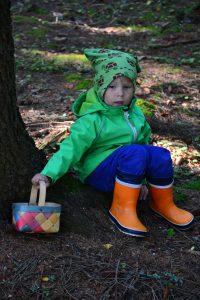 Lapsi sienikorin kanssa