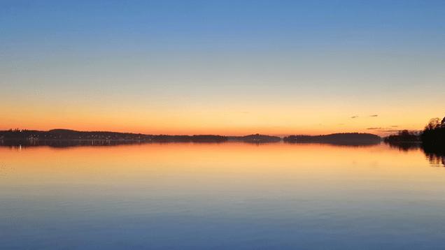 auringonlasku järven yllä