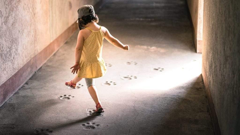 Lapsi eläimen jalanjäljillä